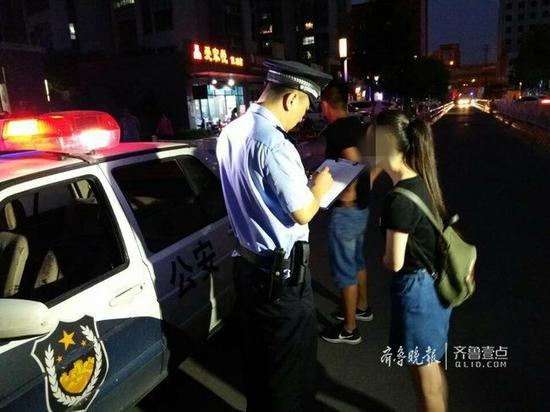 接到小丽报警后,民警赶赴现场将涉嫌诈骗的王明依法带回派出所讯问。