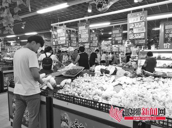 解放路上一家大型超市内,大蒜零售价为3.99元一斤。
