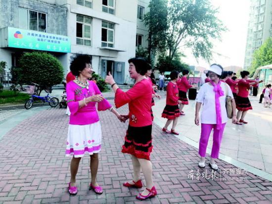 演出开始前,81岁的赵淑芬(左一)就跳起舞来。