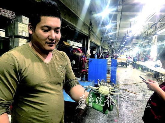 13日,在济南海鲜大市场,来自微山湖的大闸蟹已经上市,可以买到现货。