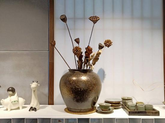 陶艺、插花、茶杯结合在了一起。