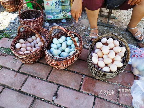 大集上山鸡蛋价格也一路下降,由一个月前的每斤8.5元左右,降为7元。