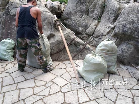 (挑山工到达山顶后,再将山上的垃圾挑下山。)