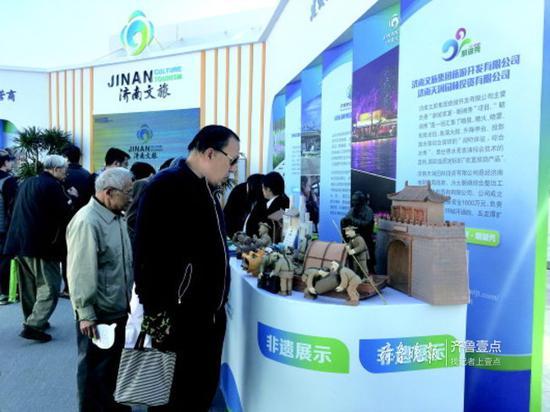 在11日的文博会现场,济南文旅集团展台吸引了众多市民游客。