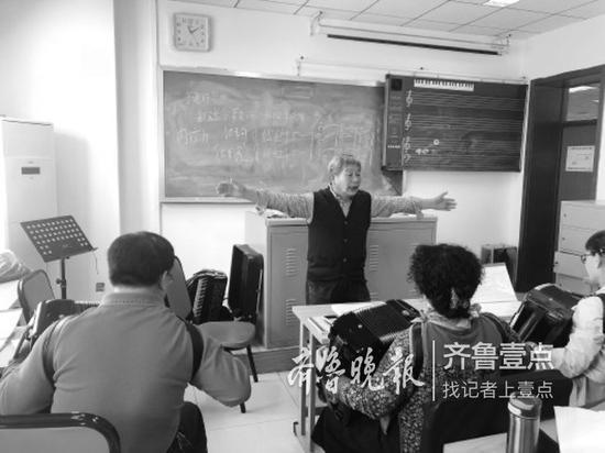 在老年大学的课堂上,于君华全身心地投入到教学当中,受到老年学员的欢迎。
