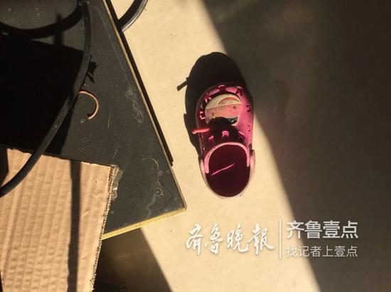 孩子脱落的鞋子