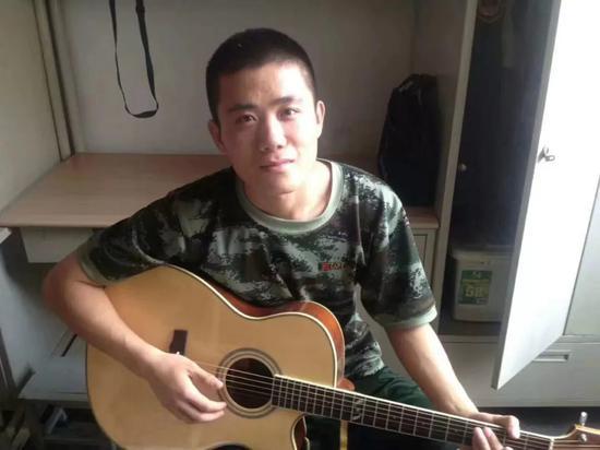灞桥校区宿舍弹吉他的王成龙