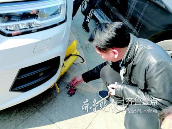 张先生道歉后,贸易公司的工作人员给开了锁。