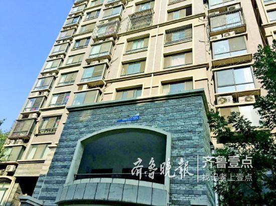 事发7楼一住户,可以看到窗户没装护栏。