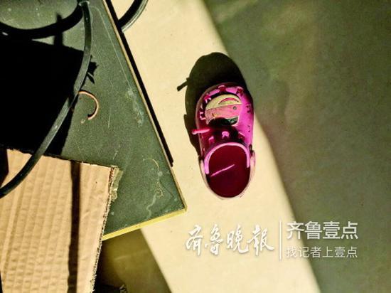 女童留下来的一只鞋子。