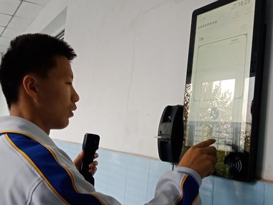 禁止手机进校园,山师附中给每个教室门口装上电话。 记者 尹明亮 摄