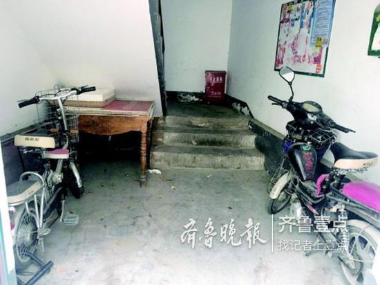 济南长盛小区北区一处居民楼,楼道里停放着的电动车。