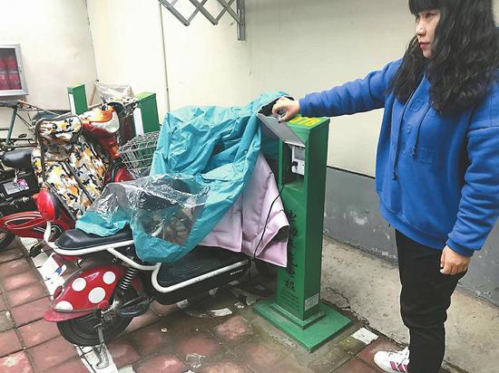大明湖街道新安装的电瓶车充电桩雨天也可以安全充电