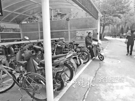 ◥鸿园小区的智慧车棚,大大方便了市民停车充电。