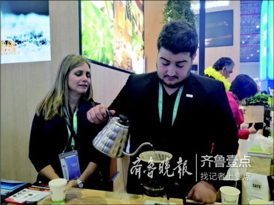来自萨尔瓦多的杜约翰正在手工冲咖啡。