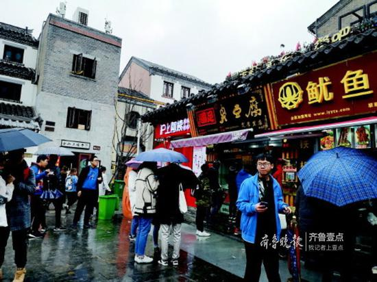 与芙蓉街相距不远的宽厚里,吸引了不少人气。记者王皇摄