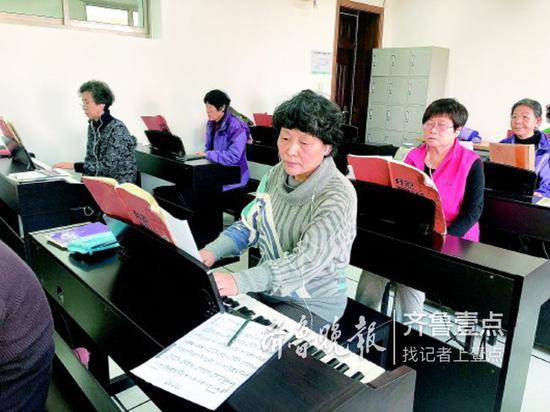 12日,山东老年大学的学员正在上钢琴课。 齐鲁晚报·齐鲁壹点记者 陈玮 摄