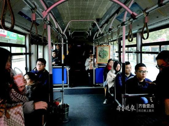 定制公交S55路内坐的都是年轻人。