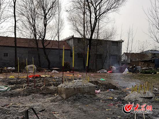 12月4日上午,仍有个别村民前来烧香