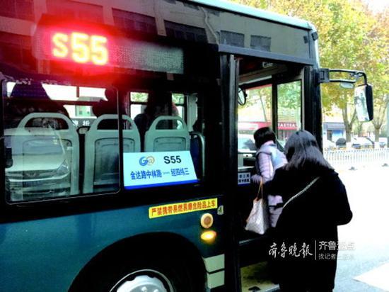 定制公交S55路开通后,原来需要一个半小时的车程缩短为70分钟。