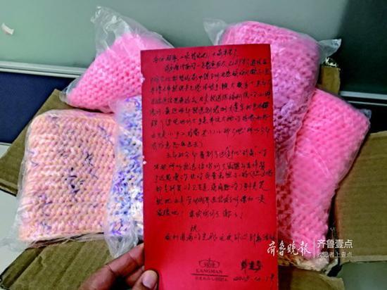 彭宜芬老人寄来她亲手织的围脖,还手写了爱心祝福。