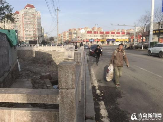 行人过桥只能走车行道,人车混流。