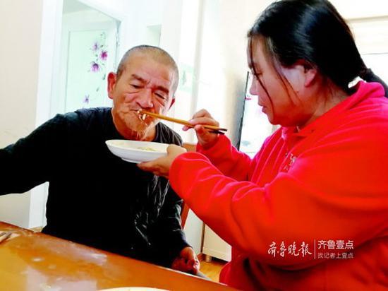 高艳霞喂前夫吃饭。