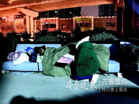找到睡高架桥旁旧沙发的男子,救助员吕奕上前了解情况。