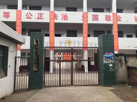 吴某康此前就读的学校。