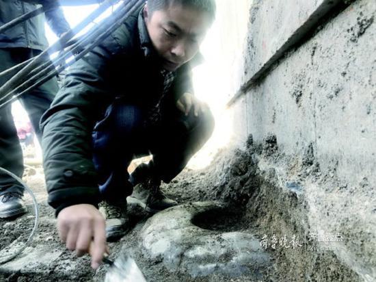 施工中挖出的柱础。