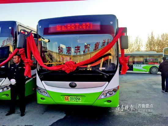 18日上午,开往章丘的济南首条城际快速公交上路运营。