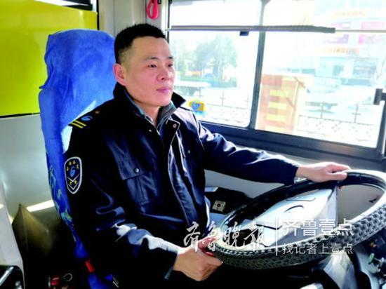 林青云正在驾驶公交车。