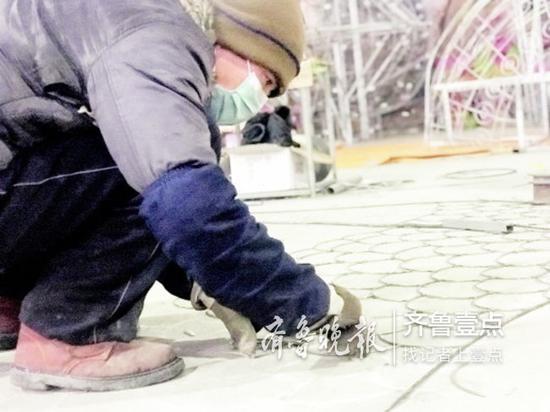 工人正在焊接花灯骨架。