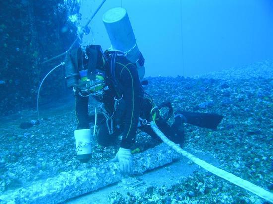 潜水员正在海底作业 上海打捞局供图
