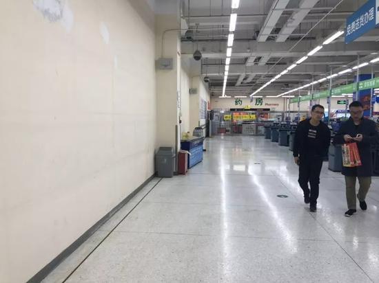 小店的工作人员说,这些店16号左右都撤走了,剩下的这几家月底也要走了。