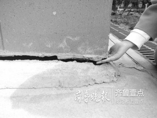 12号楼因地面沉降形成的楼体与地面间的缝隙能伸进手掌。