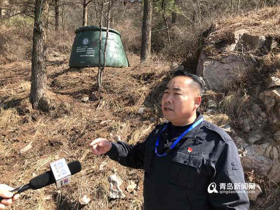 崂山林场森林消防大队长王忠明,他身后的绿色袋子即为水囊。