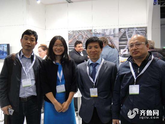 吕关仁(右二)在德国明斯特参观国际轨道技术展