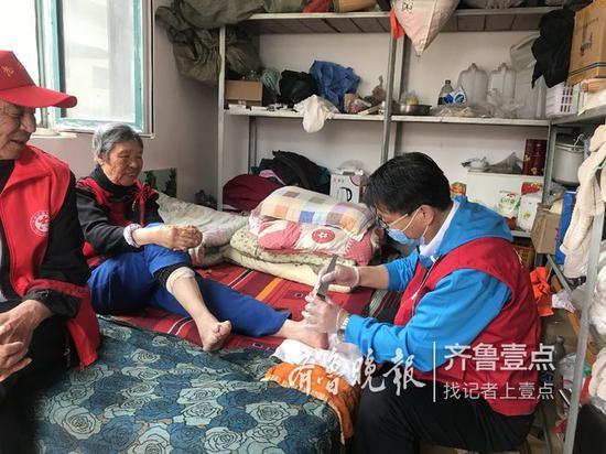 王纪斌正在给老人修脚。