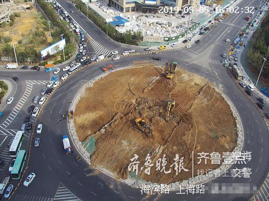 """5月5日下午,正在施工的""""大转盘""""周边车辆排成长龙。"""