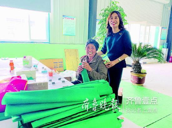 刘晓娟(右)和残疾人在一起。