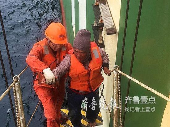 海上遇险,被施救轮船带到青岛