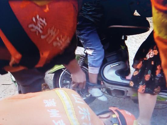 男童右脚被卡在电动车后轮动弹不得。 片/视频截图