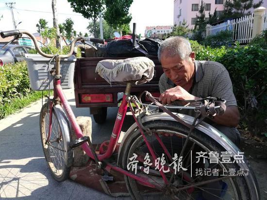 七旬老人人行道上修车遭投诉
