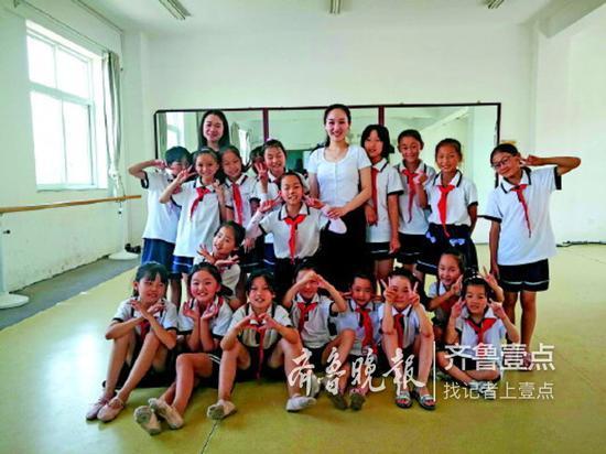 本学期最后一节舞蹈课结束,孩子们和老师合影。