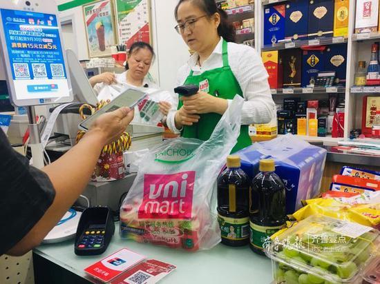 统一银座超市内,塑料袋有偿使用,顾客自愿购买