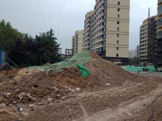 18日记者获悉,两家施工企业挖掘道路施工渣土不覆盖被实施了行政处罚。