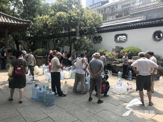 黑虎泉的一处取水点,依然有不少市民等待接水