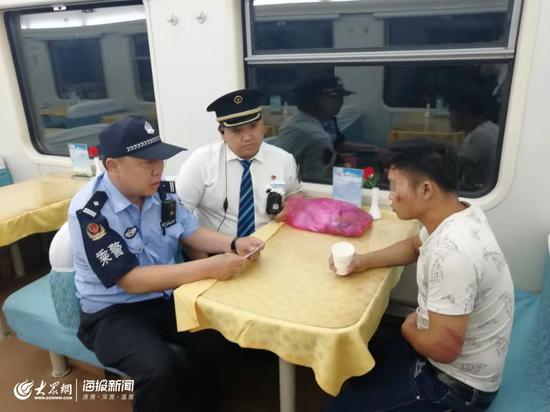 乘警和列车长询问小伙情况