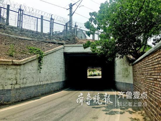 吴家堡中心幼儿园旁出现积水问题的铁路涵洞。